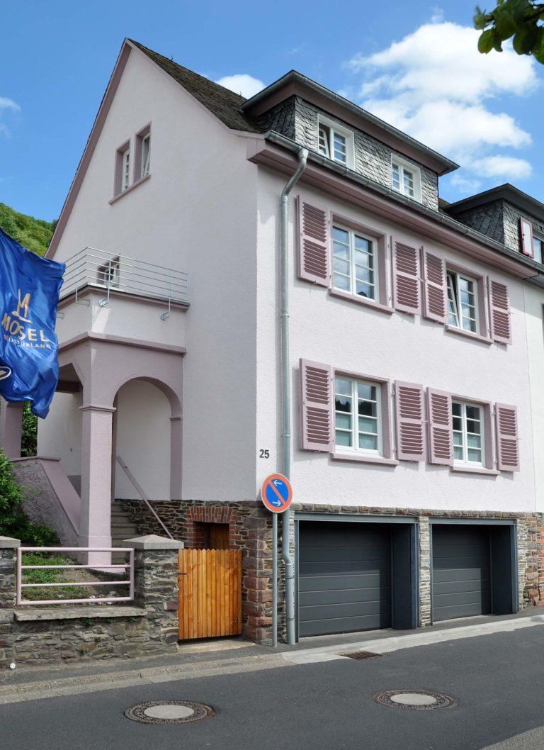 Blick von der Straße auf Mosel Ferienhaus Rosa