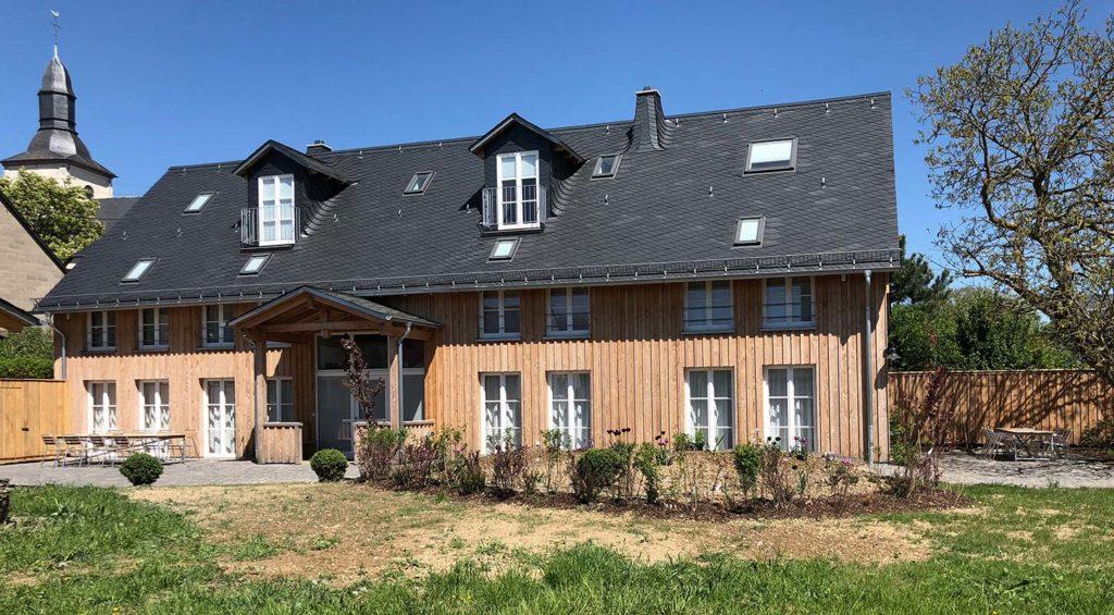 Haus Bennasch mit frisch gepflanzter Wiese